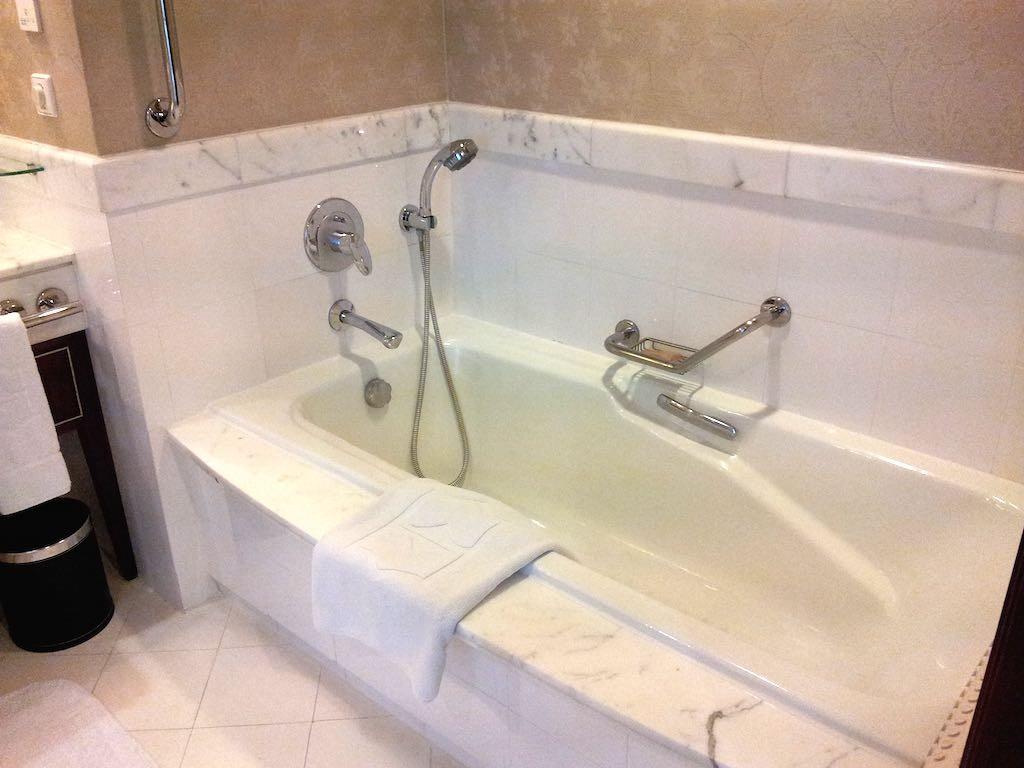 Shangri-La Bangkok - Bathroom Bathtub