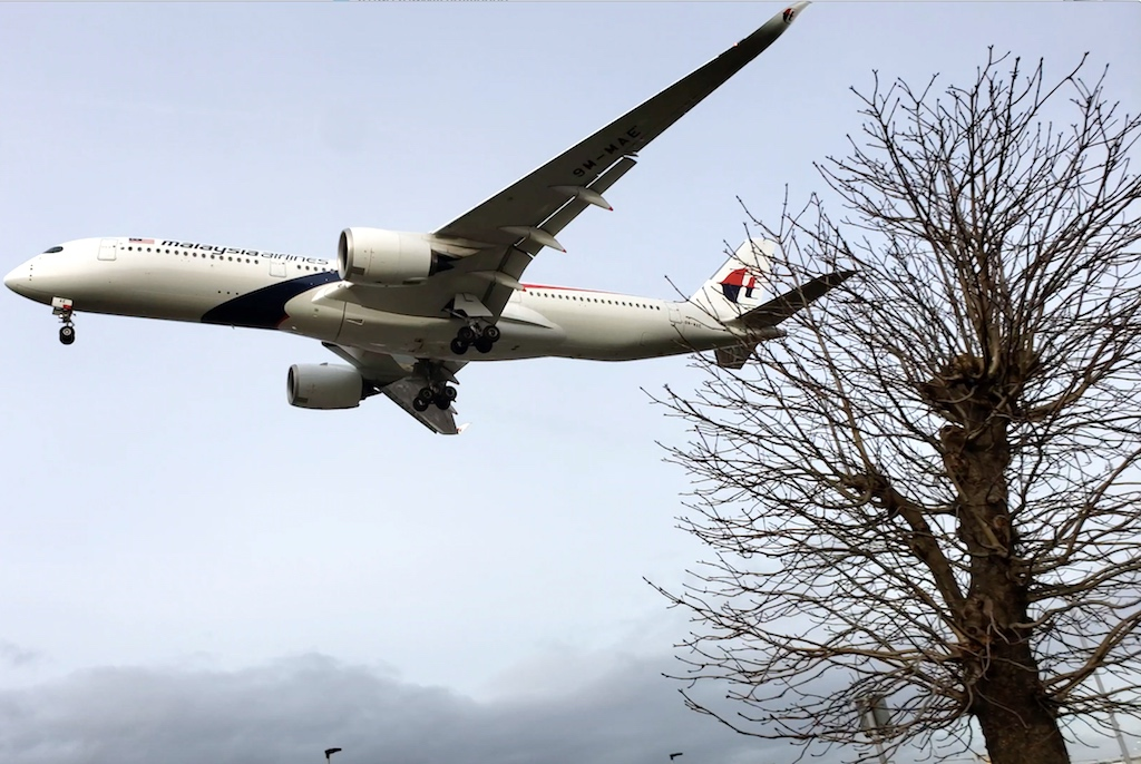 Plane Spotting - Myrtle Avenue Malaysia Airlines (MH) Airbus A359 Landing in London-Heathrow (LHR)