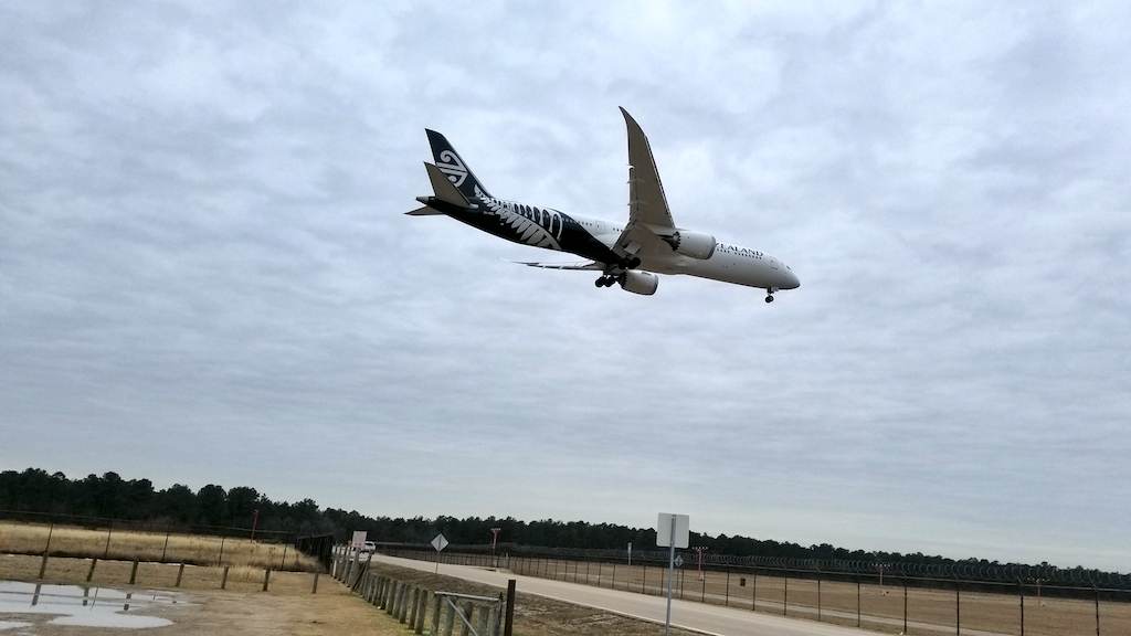 Air New Zealand Boeing 787-9 Landing at IAH on 20180118_140354