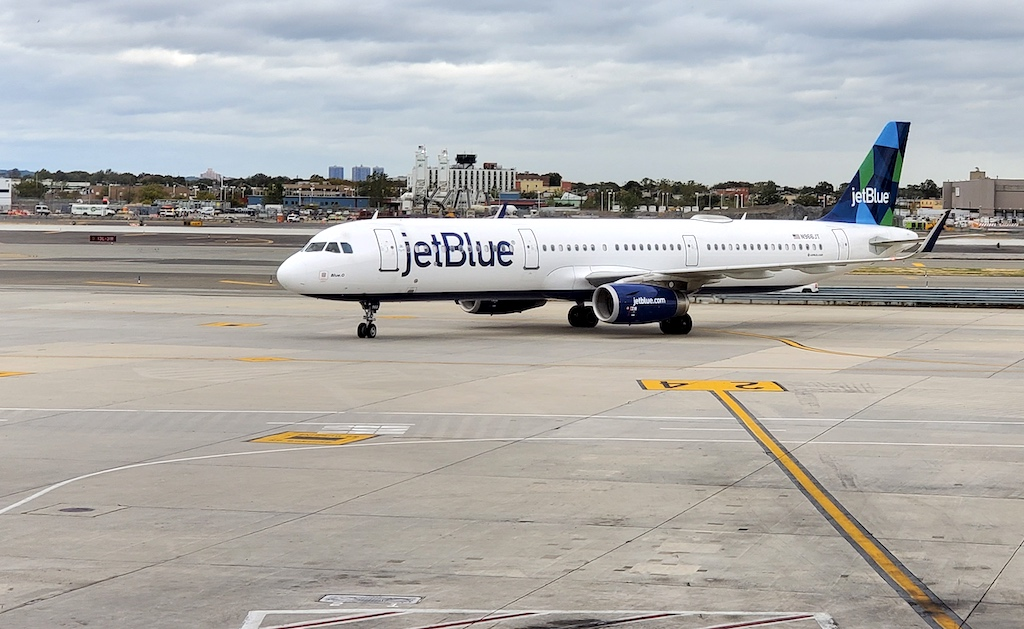 JetBlue Airbus A321 taxiing in JFK